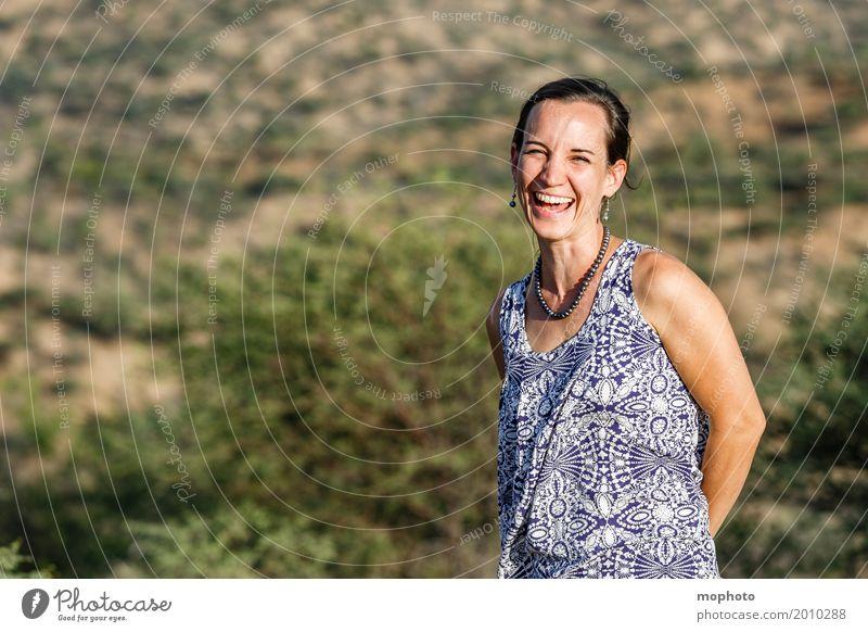Fröhliche junge Frau in der Natur #3 Lifestyle Freude Glück feminin Erwachsene Mutter 1 Mensch 30-45 Jahre Lächeln lachen frech Freundlichkeit Fröhlichkeit