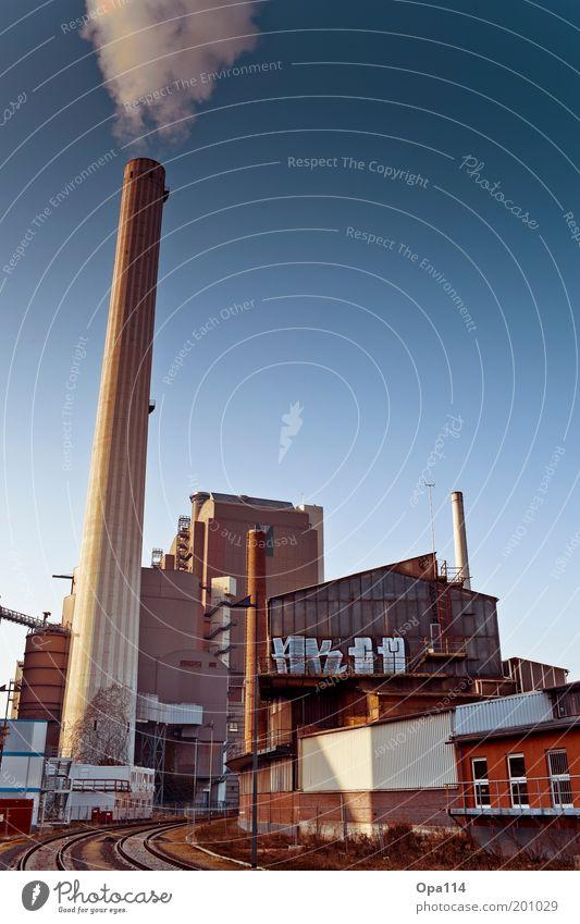 Industrie blau grau Gebäude braun Architektur Umwelt Fabrik Vergänglichkeit Rauch trashig Abgas Schornstein Industrieanlage Arbeitsplatz