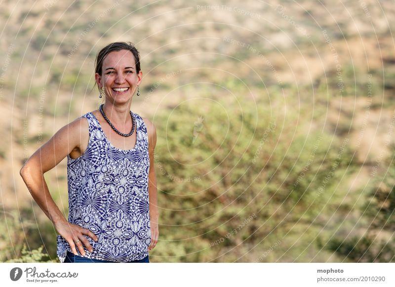Fröhliche junge Frau in der Natur #2 Lifestyle Freude Glück feminin Erwachsene Mutter 1 Mensch 30-45 Jahre Lächeln lachen frech Freundlichkeit Fröhlichkeit