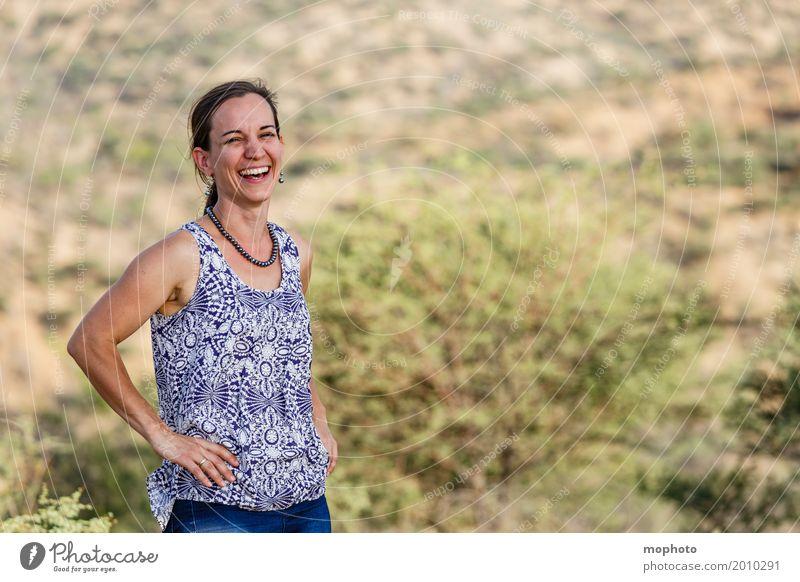 Fröhliche junge Frau in der Natur #1 Lifestyle Freude Glück feminin Erwachsene Mutter Mensch 30-45 Jahre Lächeln lachen frech Freundlichkeit Fröhlichkeit frisch