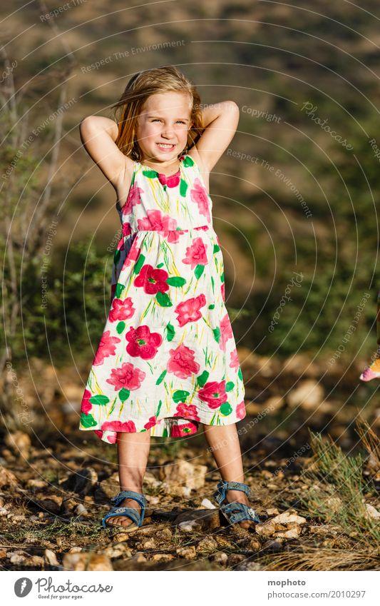 Posingstar #2 Mensch Kind Natur schön Landschaft Freude Mädchen Leben Lifestyle feminin Zufriedenheit Park blond Kindheit Fröhlichkeit Coolness