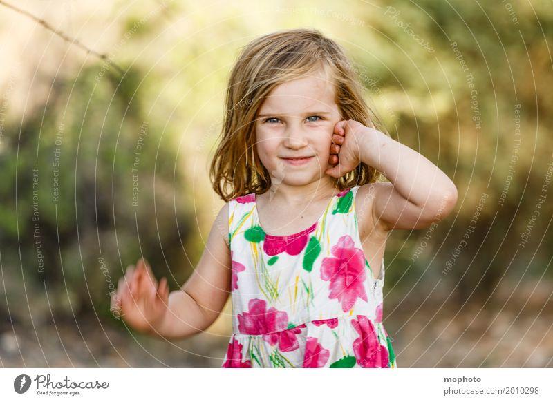 Posingstar #1 Lifestyle Kindergarten Mensch Kleinkind Mädchen Kindheit 3-8 Jahre Natur Landschaft Park Kleid Lächeln Blick stehen blond Freundlichkeit