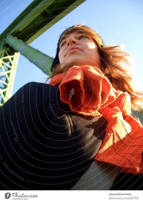 Buda01 Frau Winter orange blond Brücke langhaarig Schal Blauer Himmel Budapest
