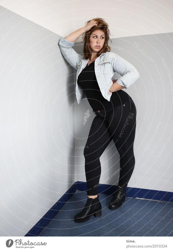 Anne Treppenhaus feminin Frau Erwachsene 1 Mensch T-Shirt Hose Jacke Stiefel brünett langhaarig beobachten festhalten Blick stehen schön selbstbewußt Coolness