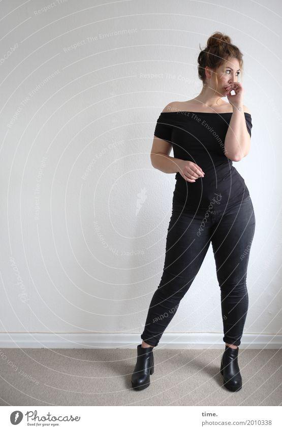Anne Raum feminin Frau Erwachsene 1 Mensch T-Shirt Hose Stiefel brünett langhaarig Zopf beobachten Blick stehen ästhetisch elegant groß Neugier schön