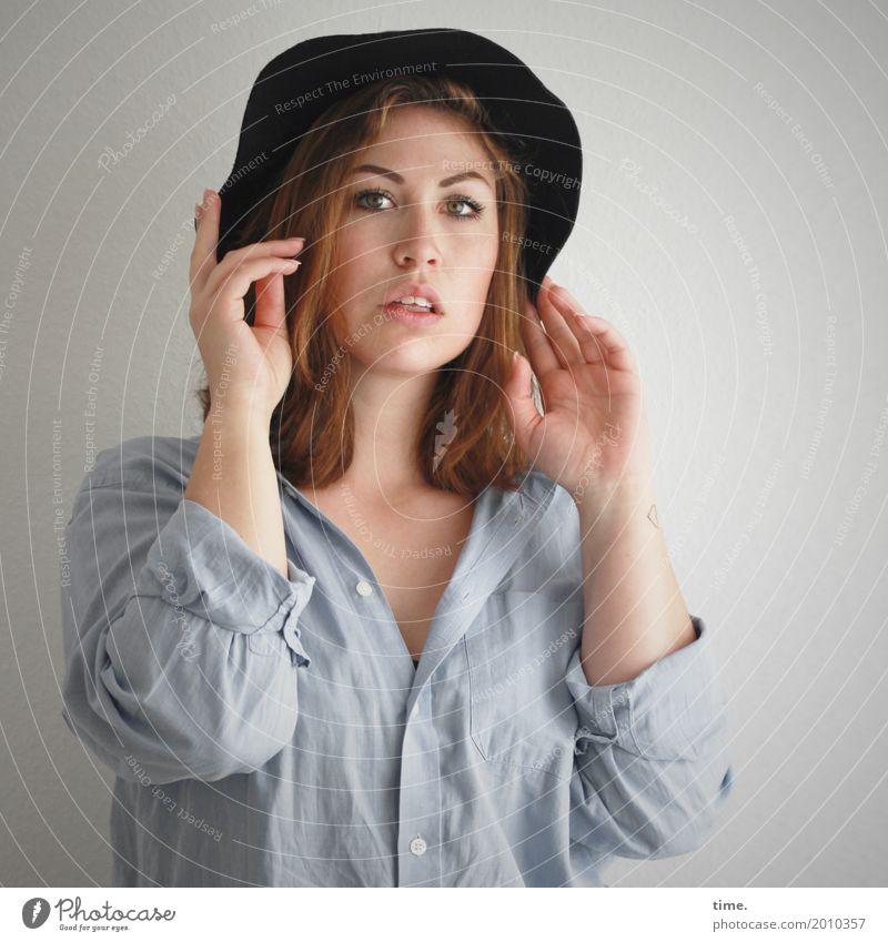 Anne feminin Frau Erwachsene 1 Mensch Hemd Hut brünett langhaarig beobachten festhalten Blick warten schön wild selbstbewußt Coolness Wachsamkeit Leben Neugier