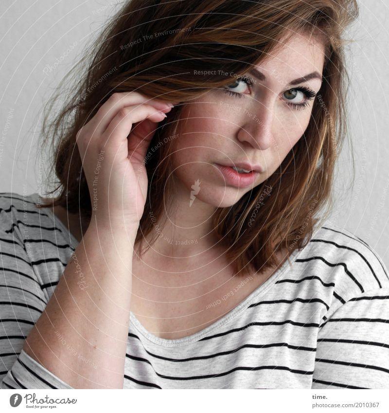Anne feminin Frau Erwachsene 1 Mensch T-Shirt brünett langhaarig beobachten festhalten Blick schön Gefühle selbstbewußt Wachsamkeit Leben Neugier Interesse