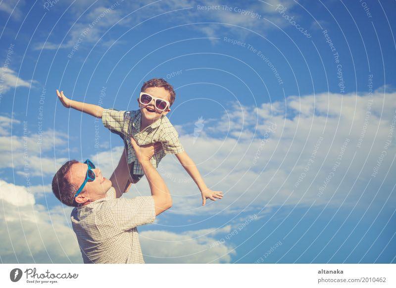 Vater und Sohn, die im Park zur Tageszeit spielen. Kind Natur Ferien & Urlaub & Reisen Mann Sommer Sonne Erholung Freude Strand Erwachsene Leben Lifestyle Liebe