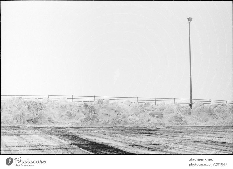 unbespielbar Schnee Eis Wasser Haufen Rasen Sportrasen Fußballplatz Licht Flutlicht Strommast Mast Landschaft Zaun Winter Sportplatz Textfreiraum oben Himmel
