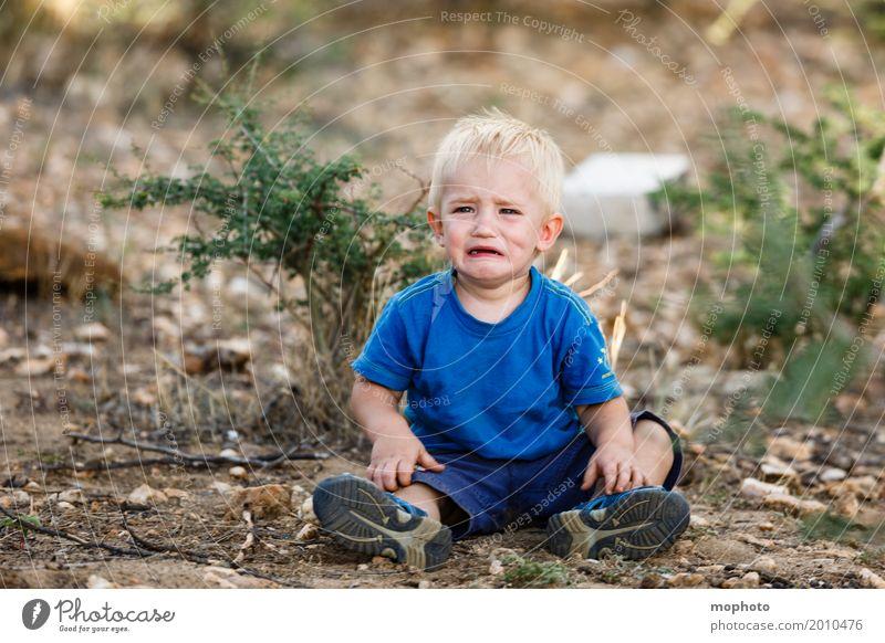 Und du warst so ein süßes Kind... Mensch Natur Landschaft Einsamkeit Traurigkeit Gefühle Junge maskulin Erde blond Kindheit sitzen Baby Trauer fallen