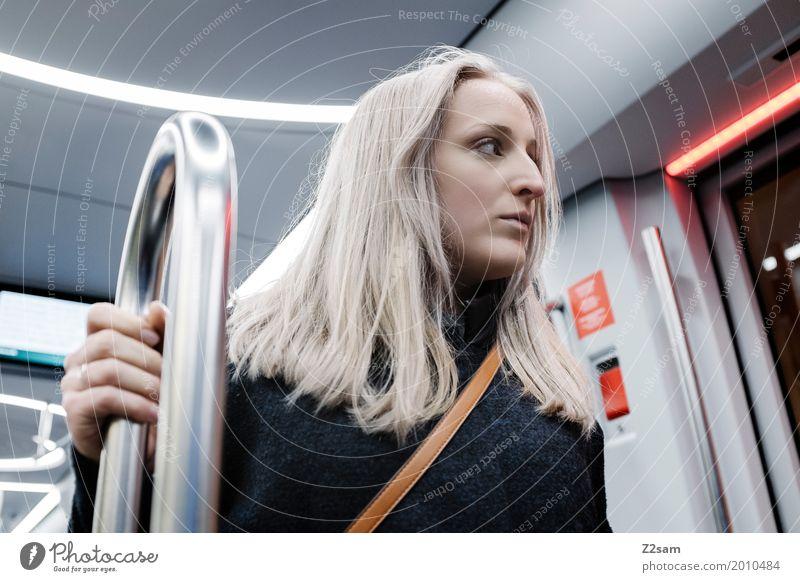 on the way Lifestyle elegant Stil feminin Junge Frau Jugendliche 18-30 Jahre Erwachsene Stadt Mantel blond langhaarig Denken fahren träumen trendy schön