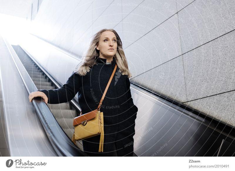 Frau auf Rolltreppe Lifestyle elegant Stil Erwachsene 18-30 Jahre Jugendliche Stadt Mode Mantel Tasche blond langhaarig Denken fahren Lächeln träumen Glück