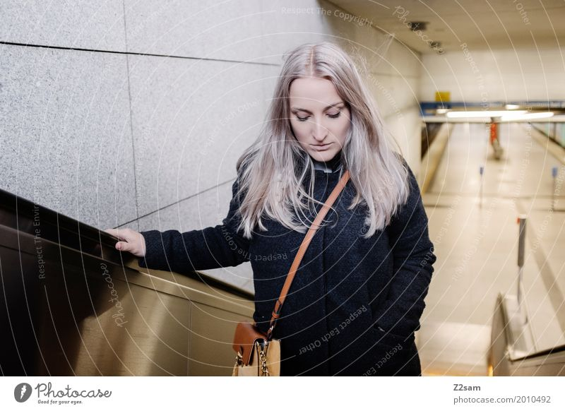 aufwärts Lifestyle elegant Stil feminin Junge Frau Jugendliche 18-30 Jahre Erwachsene Stadt Bahnhof Rolltreppe Mantel Tasche blond langhaarig Denken trendy