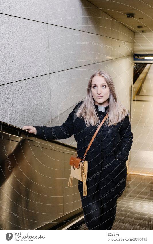 Junge Frau auf einer Rolltreppe Lifestyle elegant Stil Sightseeing Städtereise feminin Jugendliche 18-30 Jahre Erwachsene Stadt Bahnhof Mode Mantel Tasche blond