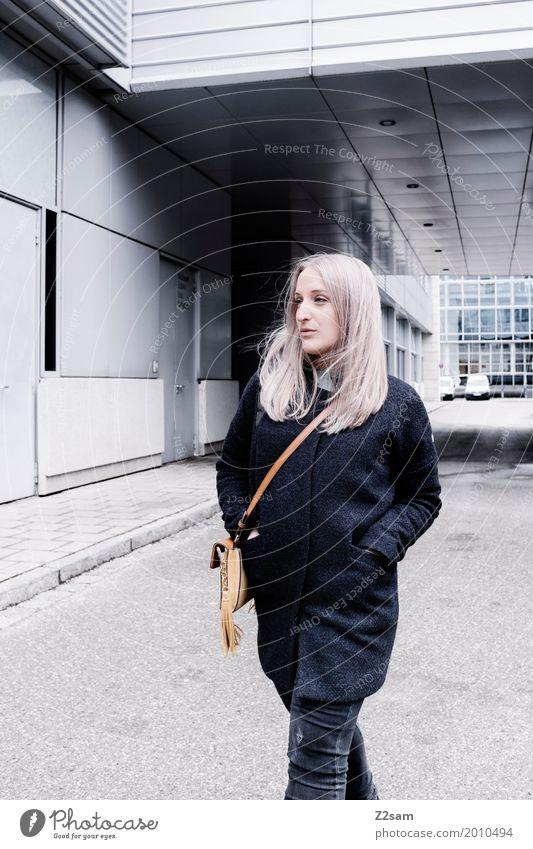 L Lifestyle elegant Stil feminin Junge Frau Jugendliche 18-30 Jahre Erwachsene Stadt Bauwerk Gebäude Architektur Mode Mantel Tasche blond langhaarig Erholung