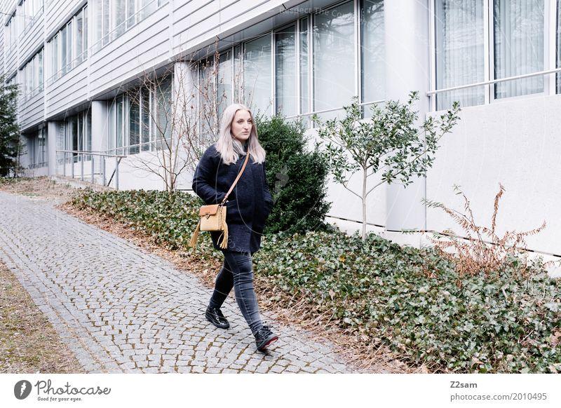 Junge Frau beim Spaziergang in der Stadt Lifestyle elegant Stil Jugendliche 18-30 Jahre Erwachsene Mantel Tasche blond langhaarig gehen Coolness trendy