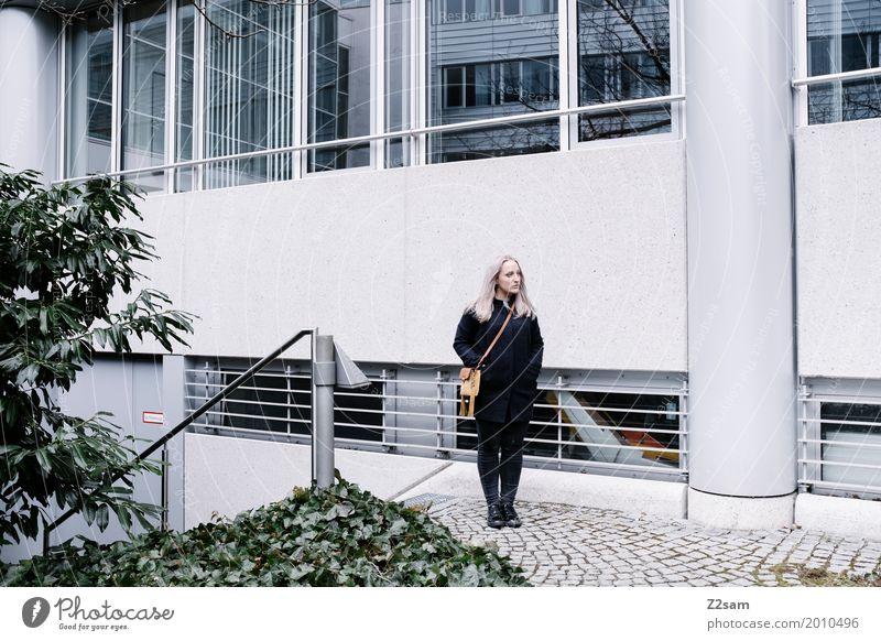 Junge Frau possiert Lifestyle Jugendliche 18-30 Jahre Erwachsene Herbst Sträucher Stadt Park Mantel Tasche blond langhaarig stehen einfach elegant schön kalt