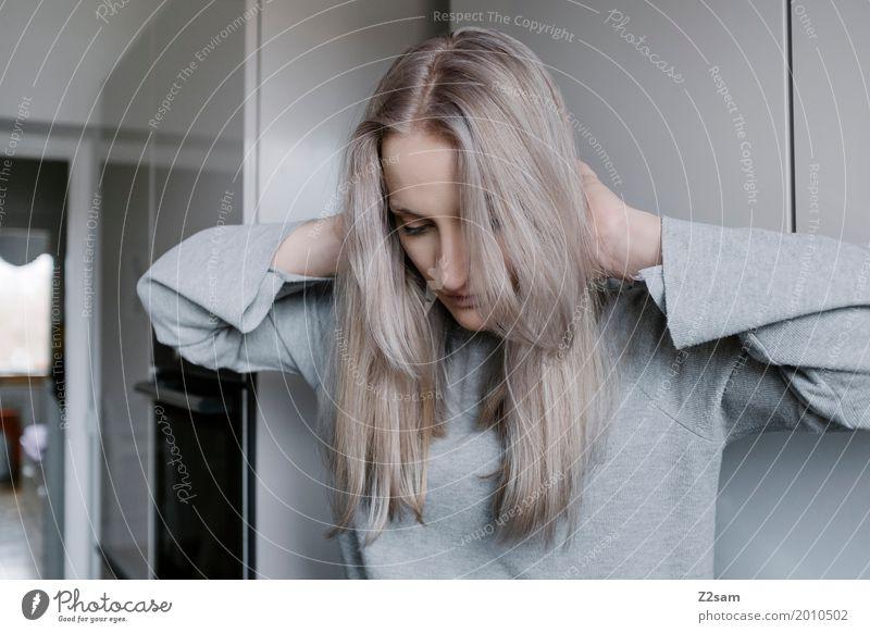 Haartag Lifestyle elegant Stil Häusliches Leben Wohnung Küche feminin Junge Frau Jugendliche 18-30 Jahre Erwachsene Pullover blond langhaarig berühren Denken