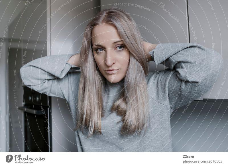 Haarig Lifestyle elegant Stil Häusliches Leben Wohnung Küche feminin Junge Frau Jugendliche 18-30 Jahre Erwachsene Pullover blond langhaarig berühren Denken
