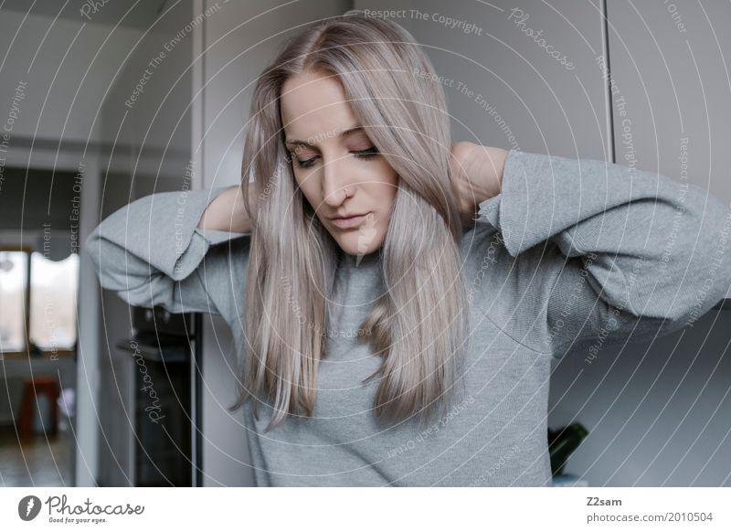 Haarpracht elegant Häusliches Leben Wohnung feminin Junge Frau Jugendliche 18-30 Jahre Erwachsene Mode Pullover Piercing blond langhaarig berühren Erholung