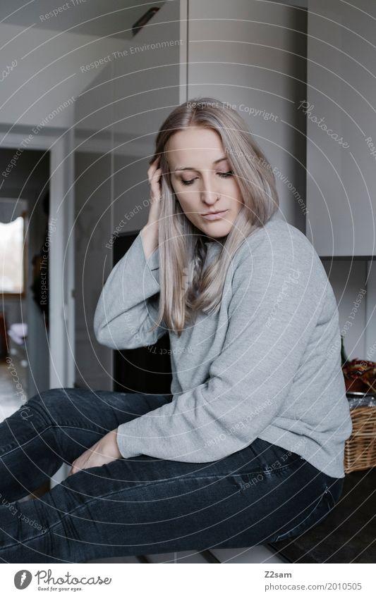nachdenklich Lifestyle elegant Stil Häusliches Leben Wohnung Innenarchitektur Küche Junge Frau Jugendliche 18-30 Jahre Erwachsene Pullover blond langhaarig