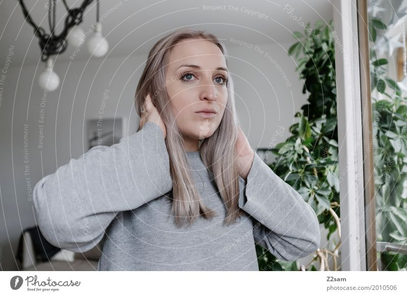 Gute Aussichten? Jugendliche Pflanze Junge Frau schön Einsamkeit ruhig 18-30 Jahre Erwachsene kalt Lifestyle Innenarchitektur feminin Lampe Denken Wohnung