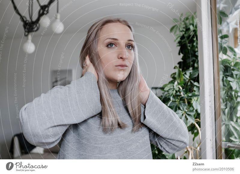 Gute Aussichten? Lifestyle elegant Häusliches Leben Wohnung Lampe Wohnzimmer feminin Junge Frau Jugendliche 18-30 Jahre Erwachsene Pflanze Sträucher