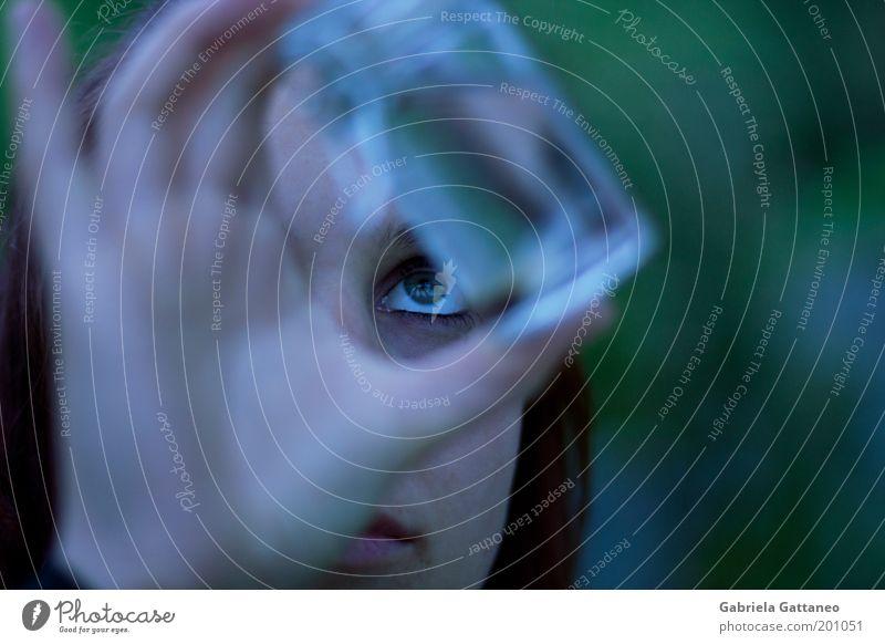 die Parfumeurin blau grün Hand dunkel Auge Glas beobachten Finger Neugier festhalten Wissenschaften Interesse Versuch Behälter u. Gefäße Durchblick skeptisch