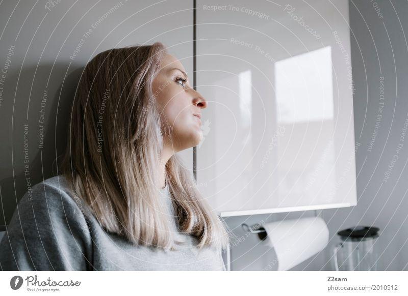 Kein guter Tag Jugendliche Junge Frau schön Einsamkeit 18-30 Jahre Erwachsene Lifestyle Traurigkeit natürlich feminin grau Denken Wohnung Häusliches Leben