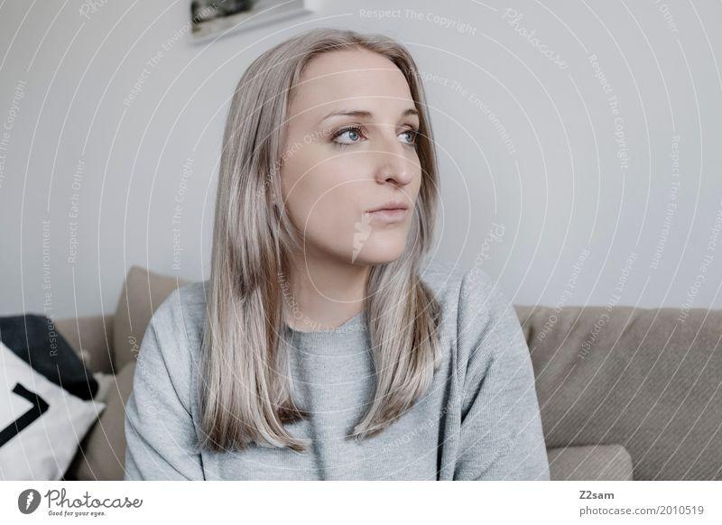 Grau in Grau Lifestyle elegant Stil Häusliches Leben Wohnung feminin Junge Frau Jugendliche 18-30 Jahre Erwachsene Pullover blond langhaarig Denken Erholung