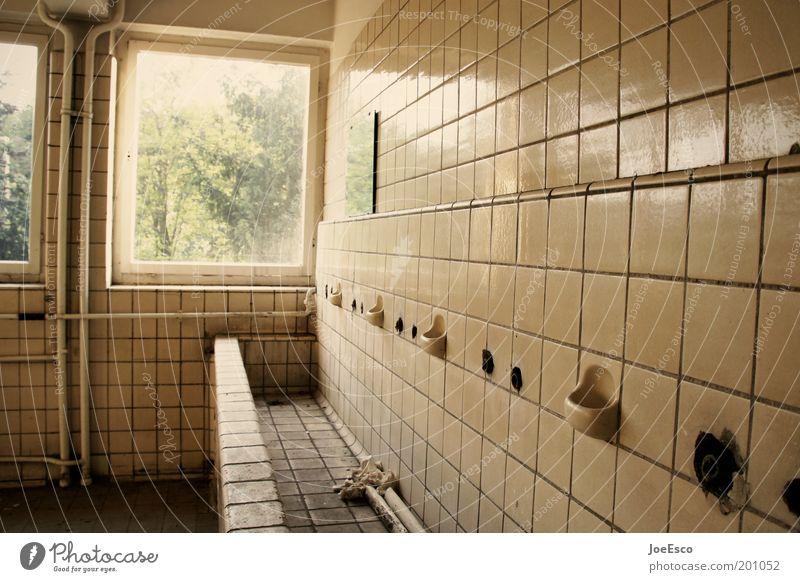 waschtag dunkel Fenster kalt dreckig Armut Häusliches Leben kaputt Lifestyle trist Sauberkeit verfallen Fliesen u. Kacheln trashig Ruine anstrengen Waschbecken