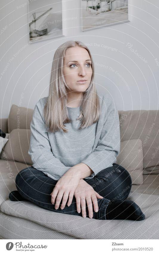 grau in beige Lifestyle elegant Stil Häusliches Leben Wohnung feminin Junge Frau Jugendliche 18-30 Jahre Erwachsene Pullover blond langhaarig Denken Erholung
