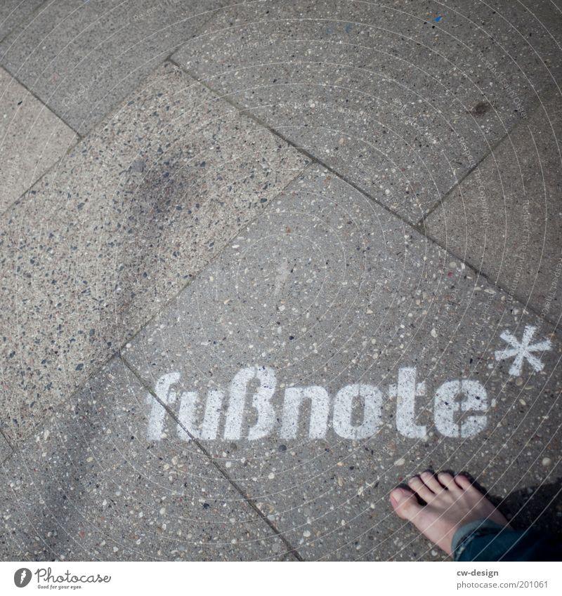 fußnote* Mensch Erwachsene Graffiti Fuß Kunst maskulin Studium Schriftzeichen stehen Lifestyle 18-30 Jahre Symbole & Metaphern Student Bildung Duft Geruch