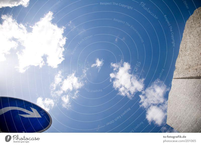 Granit III Himmel blau Wolken Wand grau Stein Mauer Schilder & Markierungen Wandel & Veränderung Pfeil Richtung Denkmal Mobilität aufwärts Skulptur