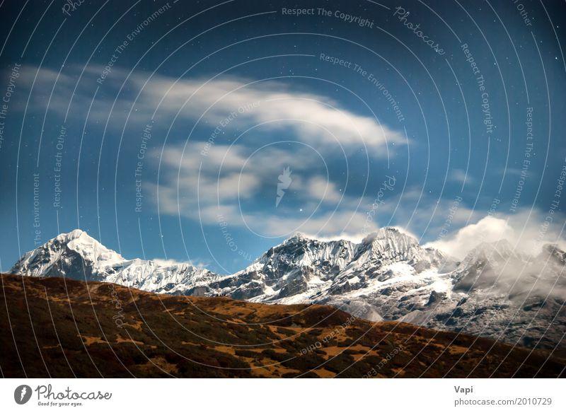 Hohe Berge unter blauem dunklem nächtlichem Himmel mit Sternen Natur Ferien & Urlaub & Reisen weiß Landschaft Wolken dunkel Berge u. Gebirge schwarz gelb Schnee