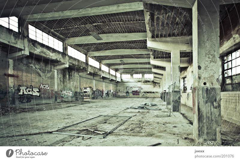 Aus-gestorben VI alt grün dunkel Graffiti Fabrik Baustelle Vergänglichkeit Verfall Ruine Säule Kultur Schlachthof baufällig stilllegen Industriegelände