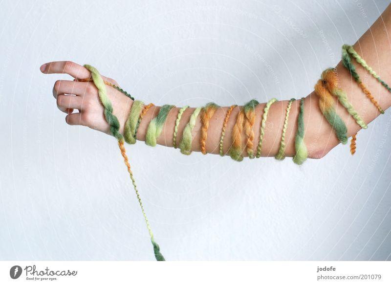 Ringelpullover Mensch Hand Jugendliche grün feminin Erwachsene Arme gestreift Wolle stricken mehrfarbig Tiefenschärfe Handarbeit Unterarm umwickelt 18-30 Jahre