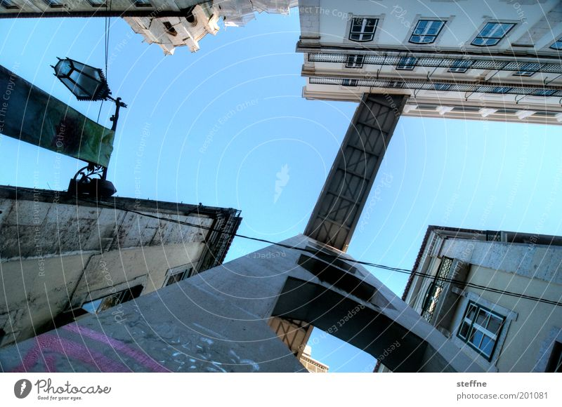 Zwergenperspektive Wolkenloser Himmel Schönes Wetter Lissabon Portugal Hauptstadt Altstadt Haus Sehenswürdigkeit Wahrzeichen Elevador de Santa Justa