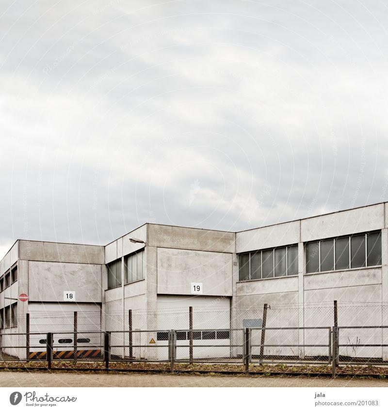18 | 19 Arbeit & Erwerbstätigkeit Gebäude Industrie trist Güterverkehr & Logistik Fabrik Ziffern & Zahlen Tor Bauwerk Zaun Handel Lagerhalle Industrieanlage