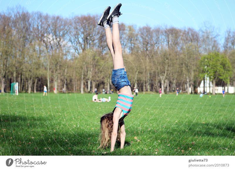 Handstand im April Mensch Kind Jugendliche Junge Frau Sommer Freude Mädchen Frühling Wiese Bewegung Sport Spielen Freizeit & Hobby Park Kindheit Lebensfreude