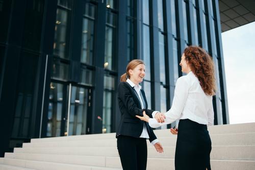 Business Mittelstand Unternehmen Karriere Erfolg Sitzung sprechen Team feminin 2 Mensch Beratung Partnerschaft Bildung Energie Erfahrung Freude Glück