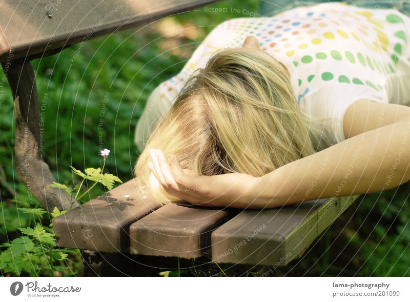Endlich Urlaub! Mensch Natur Jugendliche Ferien & Urlaub & Reisen Sommer Blume ruhig Erwachsene Erholung feminin Frühling Garten Junge Frau Park Zufriedenheit