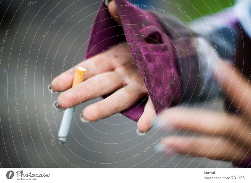 Die Zigarette danach Mensch Frau Jugendliche Hand Erwachsene feminin dreckig Armut Finger Lifestyle 18-30 Jahre Junge Frau Rauchen violett zeigen Zigarette