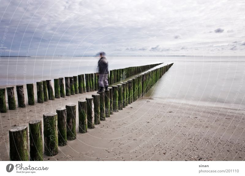Wellenbrecher Kind Natur Wasser Himmel Meer blau Strand ruhig Wolken Ferne kalt Junge Holz grau Küste Wetter