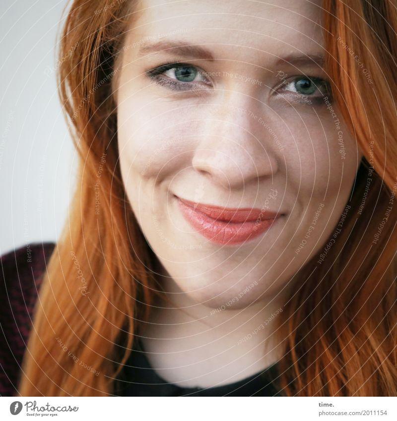 Anastasia feminin Frau Erwachsene 1 Mensch Pullover rothaarig langhaarig Lächeln Blick Freundlichkeit Glück schön positiv Wärme Zufriedenheit Lebensfreude