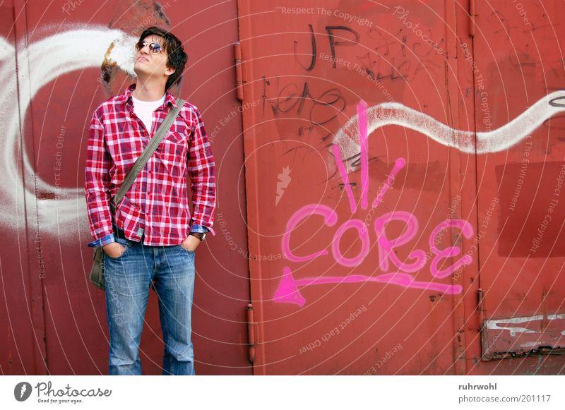 Mensch Jugendliche weiß rot 18-30 Jahre Junger Mann Erwachsene Graffiti Kunst rosa maskulin warten Brille Hemd Sonnenbrille Blick nach oben