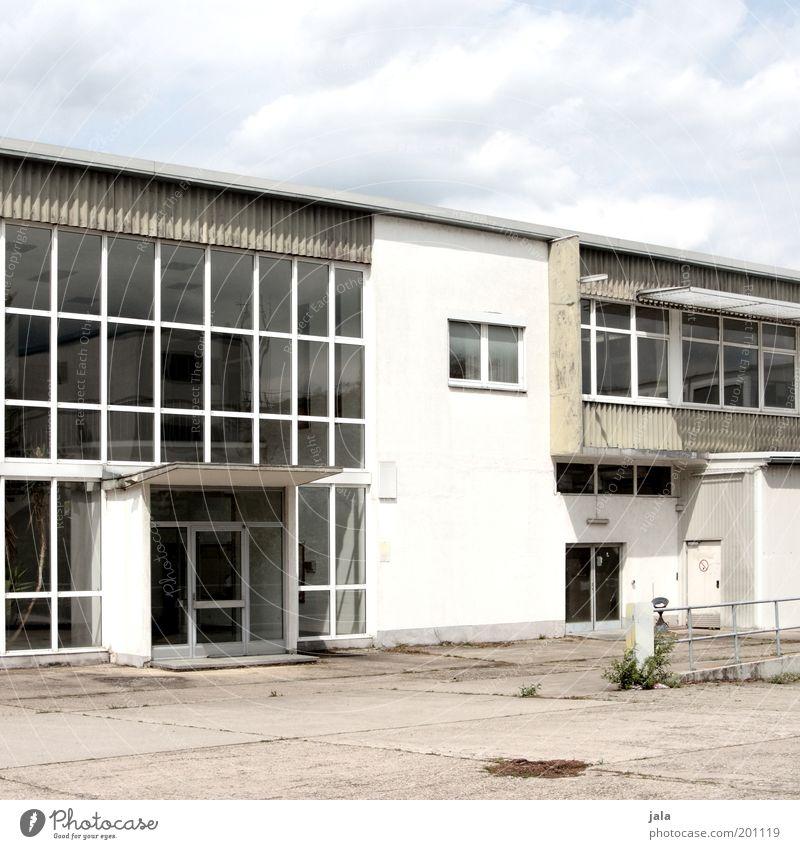eingangshalle Wolken Arbeit & Erwerbstätigkeit Fenster Gebäude Architektur Tür groß Fassade Industrie Platz trist Industriefotografie Fabrik Bauwerk Handel