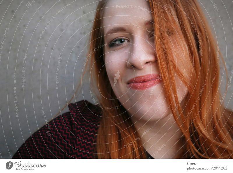 Anastasia feminin Frau Erwachsene 1 Mensch Mauer Wand Pullover rothaarig langhaarig Scheitel beobachten Lächeln Blick Freundlichkeit Fröhlichkeit schön Wärme