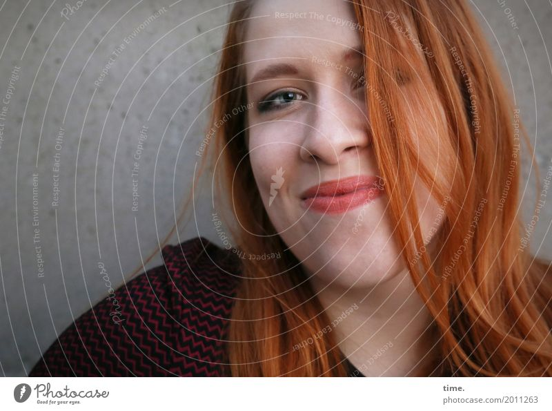 . Mensch Frau schön Erholung ruhig Erwachsene Wärme Leben Wand feminin Mauer Zufriedenheit Lächeln Fröhlichkeit Lebensfreude beobachten