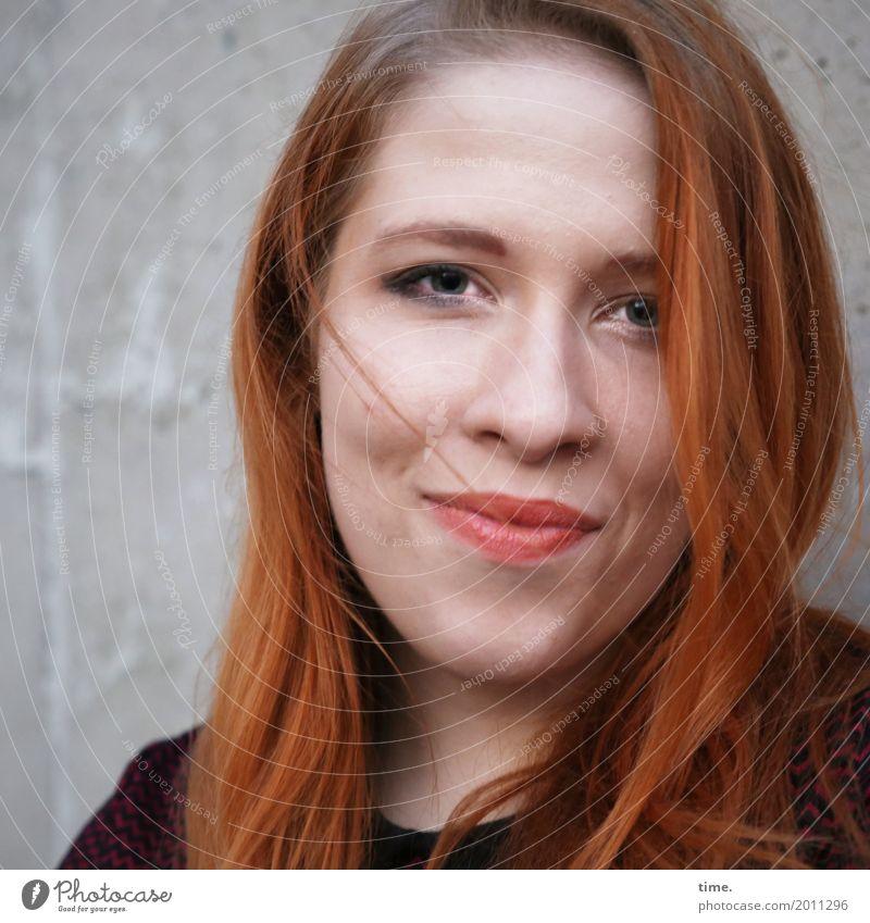 Anastasia feminin Frau Erwachsene 1 Mensch Pullover rothaarig langhaarig beobachten Blick Freundlichkeit schön Glück Zufriedenheit Lebensfreude selbstbewußt